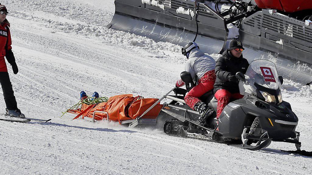 Der kanadische Skicrosser Christopher Delbosco wird nach seinem schweren Sturz am Mittwoch mit dem Schlitten abtransportiert.
