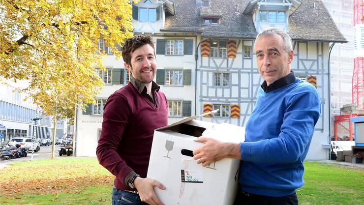 Tobias Holzer und Pius Knüsel von der Volkshochschule mit letzten Zügelarbeiten. MARC DAHINDEN