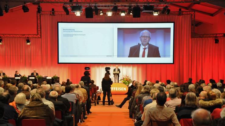 GV der Raiffeisenbank Aare-Rhein vor einem Jahr: Verwaltungsratspräsident Beat Elsener spricht zu den Genossenschaftern.