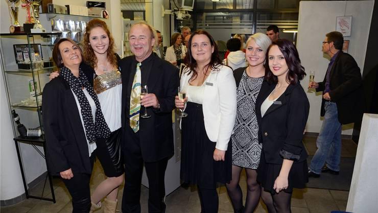 Fritz Schlup mit seinen Mitarbeiterinnen und seiner Geschäftspartnerin Kerstin Schlup (3. v. r.).