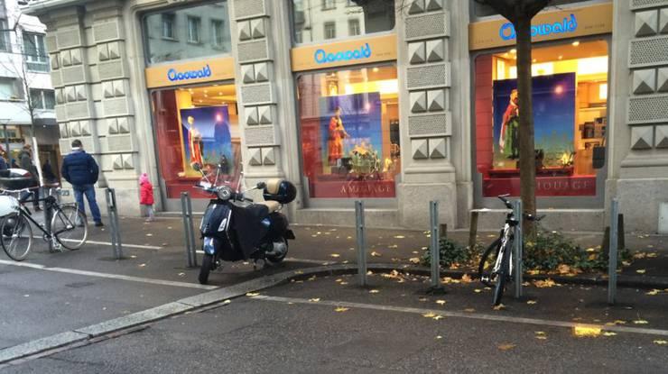 In den Zweirad-Abstellanlagen dürfen nicht mehr als 10 Prozent der Plätze von Verleih-Zweirädern belegt sein.