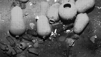 Auf Fotos von der Fundstelle des Wracks sind Keramikgefässe zu sehen. Ob der vermutete Schatz geborgen werden kann, ist jedoch fraglich.