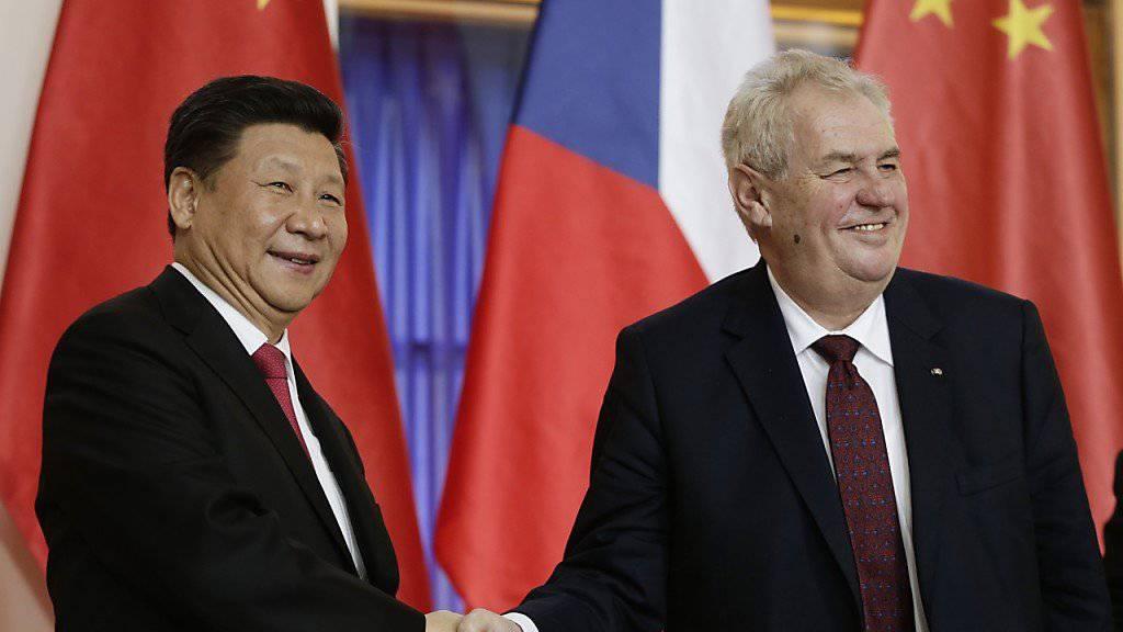 Die Präsidenten Tschechiens und Chinas, Milos Zeman (rechts) und Xi Jinping, haben eine strategische Partnerschaft beider Länder vereinbart.