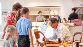 Peter Fasnacht präsentiert sein Handwerk in der temporären Werkstatt.