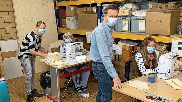 Marisa Thoma und Markus Bopp (stehend) zeigen Doris Spillmann (l.) und Rebecca Hausherr, wie die neuen Muster zu nähen sind.
