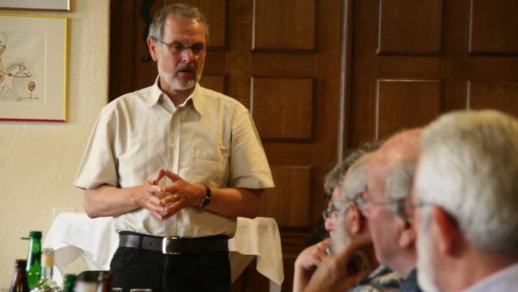 Grossrat Jörg Hunn (Riniken) referiert in Eiken über die Rechte und Möglichkeiten der Ortsbürgergemeinden. (psc)