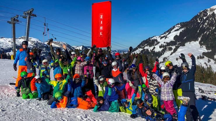 Gruppenfoto nach dem Skirennen.