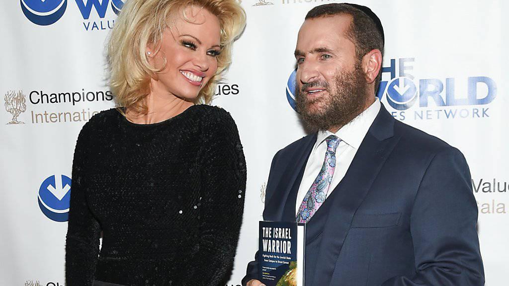 Pamela Anderson und Rabbi Shmuley Boteach - letzterer ist der Verfasser von «Kosher Sex: A Recipe for Passion and Intimacy» - warnen vor den Gefahren der Pornografie. (Archivbild)