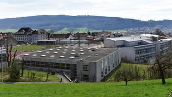 An der Schule Hägendorf soll wieder Ruhe einkehren: Im Vordergrund die Turnhallen, rechts das Schulhaus Späri.