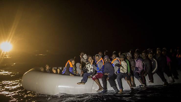 Flüchtlinge verlassen libysche Gewässer auf einem überfüllten Boot: Mehr Migranten nehmen die Reise über das Mittelmeer in Kauf. (Archivbild)
