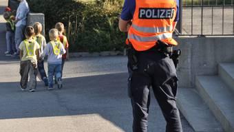 Die Regionalpolizei Wettingen-Limmattal ist wegen einer unbekannten Frau, die Kindern Süssigkeiten anbietet, auf Patroullieneinsätzen in Spreitenbach. Symbolbild/Kapo SO (17.08.2020)