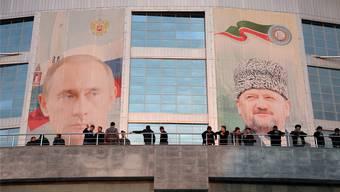 Die Konterfeis von Putin und Achmat Kadyrow, dem verstorbenen Vater des amtierenden Präsidenten, sind in Tschetschenien allgegenwärtig. Filmstill Grozny Blues