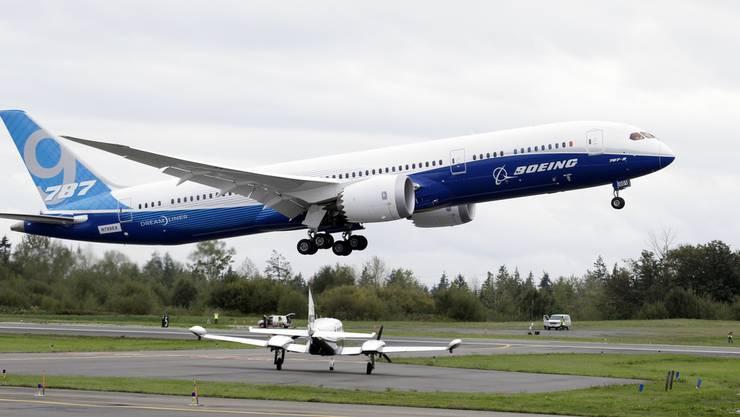 Das Flugzeug Boeing 787-9 hebt ab