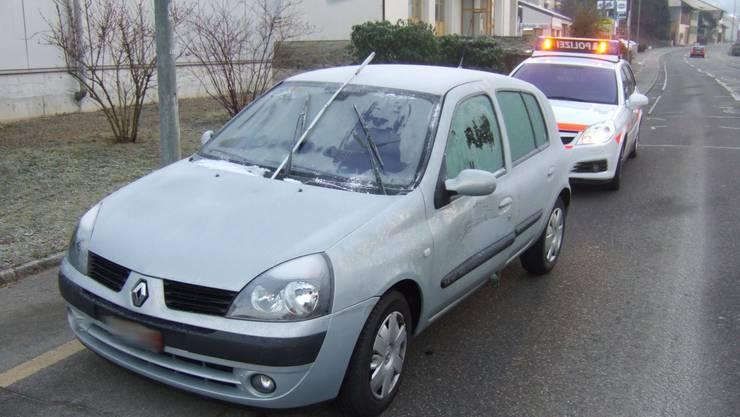 Nur ein Guckloch: Wer so fahrlässig fährt, riskiert eine Busse und bei einem Unfall den Entzug des Führerausweises. (Bild: Kapo BL)