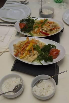 Der frittierte Fisch mit dem kurz angebratenen Gemüse darauf. Am Schluss noch die Sauce darüber träufeln.