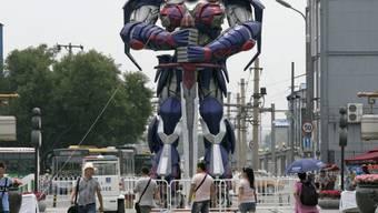 """Eine Figur aus den """"Transformers""""-Filmen in Peking (Archiv)"""