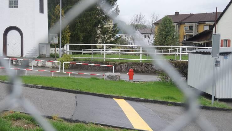 Bei der Zufahrt zum Schulgelände soll der Platz mit Kirschbaum entstehen.