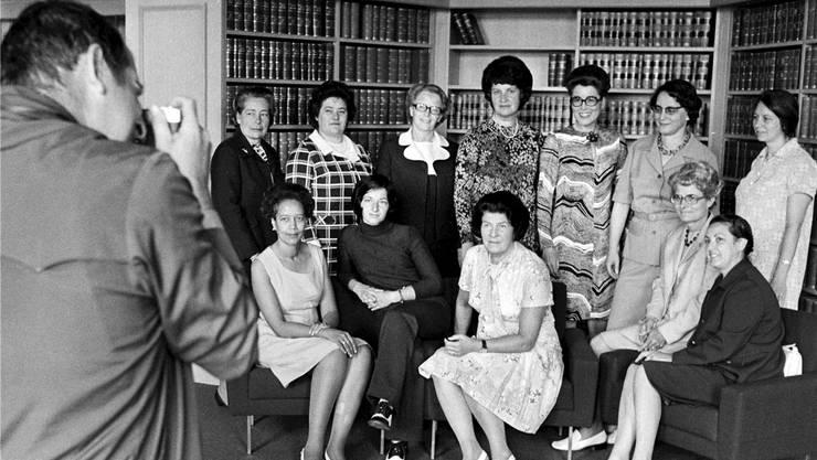 Ein historischer Moment: Die ersten Frauen im Bundesparlament posieren im Jahr 1972 für ein Gruppenbild.
