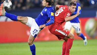 Schalkes Benjamin Stambouli (links) im Duell mit dem Mainzer Adam Szalai