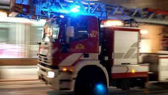 Der Mieter versuchte zuerst, das Feuer zu löschen, das gelang aber erst der Feuerwehr. (Symbolbild)
