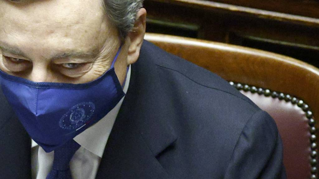 ARCHIV - Italiens Ministerpräsident Mario Draghi trägt während einer Sitzung im Parlament eine Mund-Nasen-Bedeckung. Foto: Guglielmo Mangiapane/Reuters Pool/AP/dpa