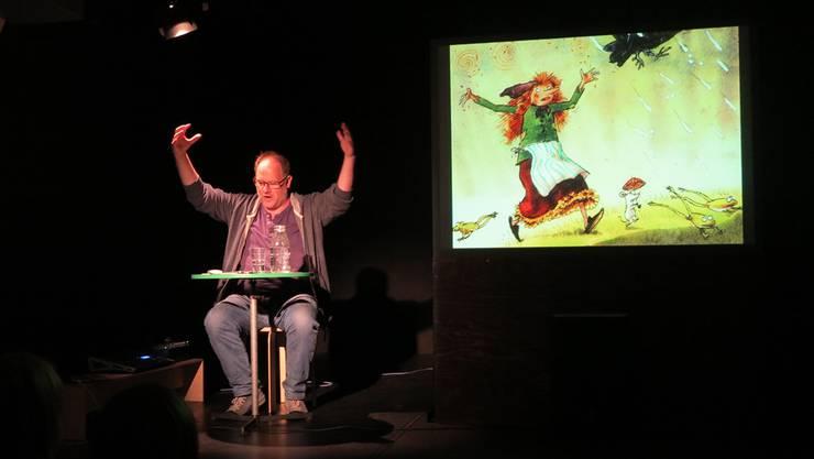 Gespannt hören die Kinder zu, wie Sven Mathiasen von den Abenteuern der kleinen Hexe erzählt.