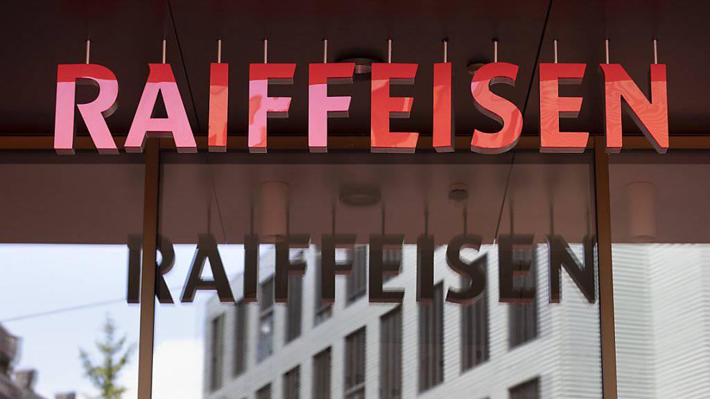 Die Raiffeisen-Gruppe hat im ersten Halbjahr klar weniger verdient. Die Rechnung wird vom anhaltenden Druck auf die Zinsmarge und Abschreibungen belastet.(Archivbild)