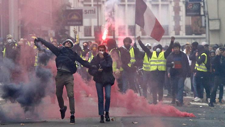 Am Samstag beteiligten sich nach Regierungsangaben in Frankreich rund 77'000 Menschen an den Kundgebungen der Gelbwesten.