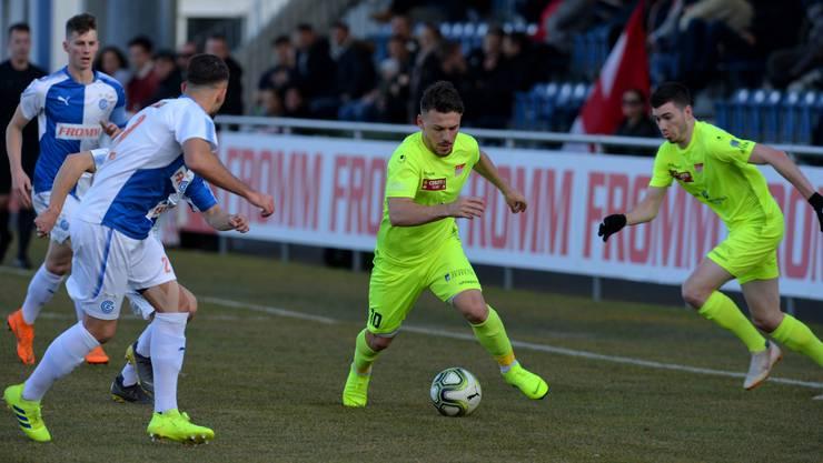 Der Solothurner Shpetim Arifi (am Ball) beschäftigt die Grasshoppers und schafft Platz für Solothurns Torschützen Hannes Hunziker (rechts). Fussball 1. Liga Saison 2018/19, Solothurn gewinnt zum Rückrundenstart bei der GC-Reserve mit 2:1.