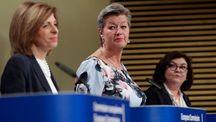 Ylva Johansson (Mitte) hat gute Nachrichten in der Coronakrise.
