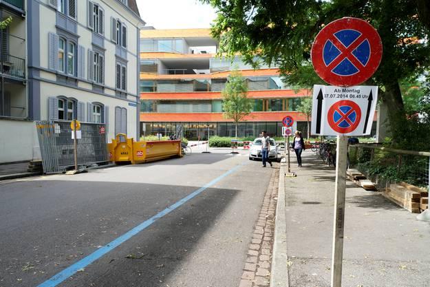 Auch an der Wilhelm-His-Strasse beim Kinderspital fallen Parkplätze weg.
