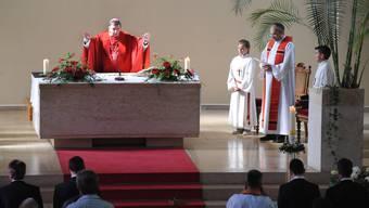 Von historischem Wert: Bischof Kurt Koch betet während der Firmmesse in der Röschenzer St. Anna-Kirche – rechts neben ihm Pfarrer Franz Sabo. (Bild: Juri Junkov)
