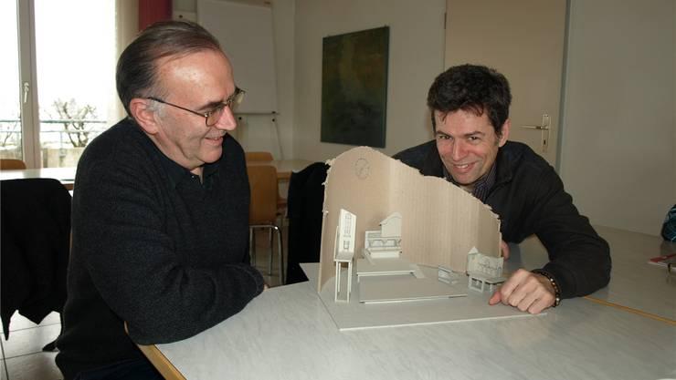 Sigi Zihlmann (l.), Präsident der Theatergemeinschaft Würenlos, und Regisseur Andrej Togni präsentieren ihr Bühnenmodell für das Theaterstück «Die Teufelsuhr» von der Autorin Silja Walter. HUG