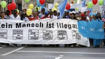 Rund 2000 Menschen demonstrieren in Bern für die Rechte von Sans-Papiers