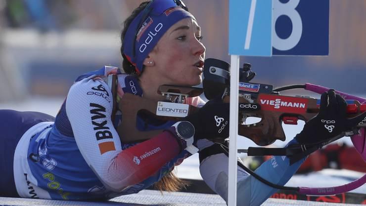 Aita Gasparin, die beste Schützin im Schweizer Team, kontrolliert die Windfähnchen.