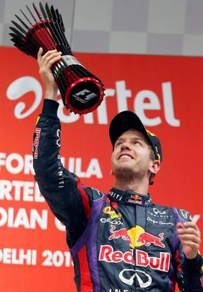 Vettel mit der Trophäe