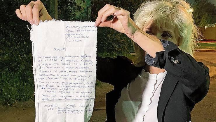 Eine soeben aus dem Untersuchungsgefängnis entlassene Anwältin zeigt den auf ein Tuch notierten Beschwerdebrief der in Minsk inhaftierten St.Gallerin. Natalie Herrsche an der Frauen-Demonstration in Minsk.