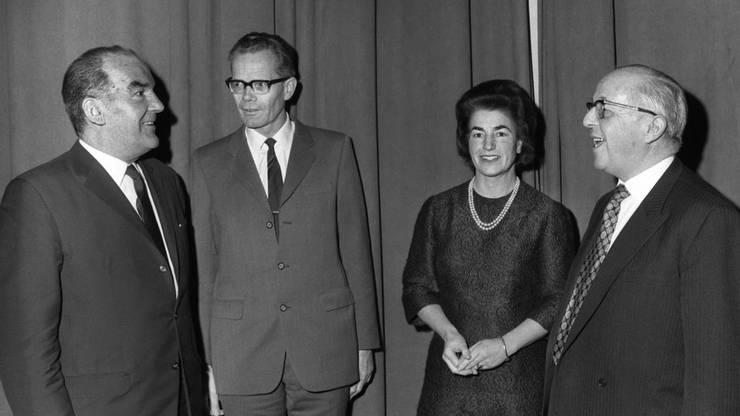 Strahlen um die Wette: Hans Conzett (ganz rechts) ist an diesem 18. Dezember 1971 erster Präsident der neuen SVP geworden. Ganz links freut sich Bundespräsident Rudolf Gnägi mit ihm.