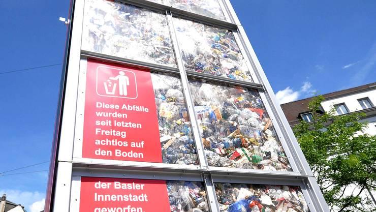 An den Umwelttagen deponierte das Amt für Umwelt und Energie den Müll auf dem Barfüsserplatz.