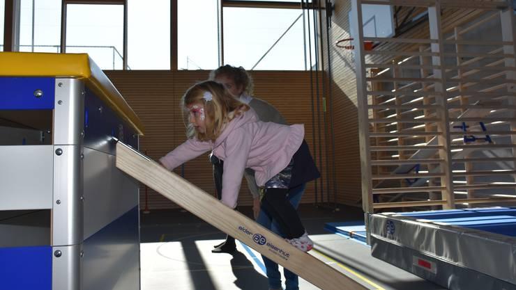 Kletterübung für die Jüngsten in der neuen Turnhalle.