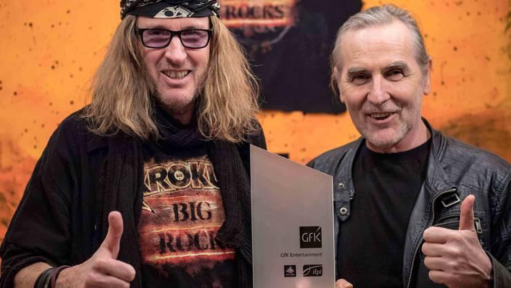 Chris von Rohr und Fernando von Arb mit dem «Nummer 1 Award der Offiziellen Schweizer Hitparade».
