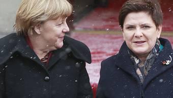Polens Regierungschefin Beata Szydlo empfängt die deutsche Bundeskanzlerin Angela Merkel im Schneegestöber