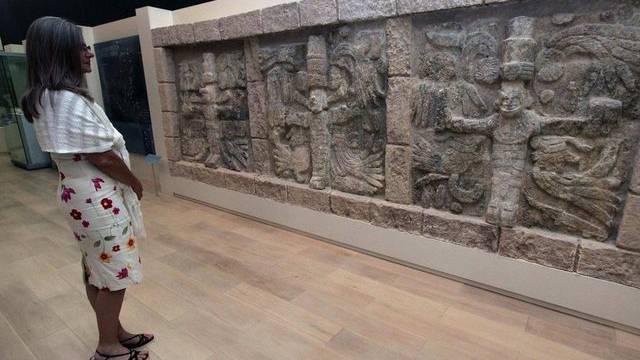 Eine Besucherin betrachtet ein Exponat im Maya-Museum in Cancún (Archiv)