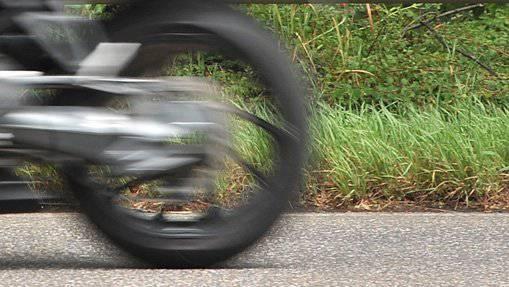 Der Motorradfahrer kam von der Strasse ab und verunfallte tödlich. (Symbolbild)