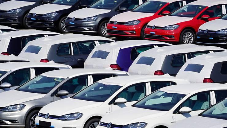 Rund drei Jahre nach dem Bekanntwerden des Abgasskandals bei VW kündigen die Verbraucherzentralen und der ADAC eine Sammelklage an.