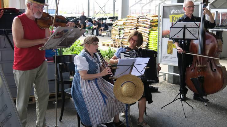 Tag der Musik: Die Limmetchlüpler vor dem Coop Silbern...