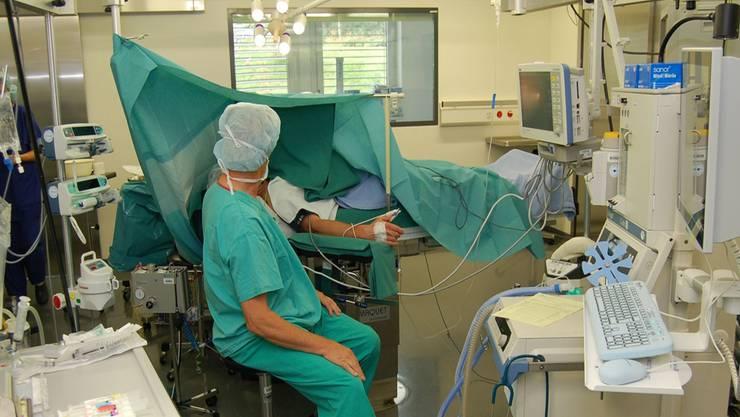Pflegende mit Zusatzausbildung wie hier in der Anästhesie fordern vom Kanton Lohnnachzahlungen. (Symbolbild)
