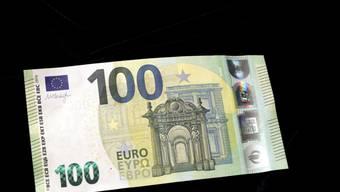 Falschgeld im Umlauf: In Montreux VD bezahlte ein Mann mit einer gefälschten 100-Euro-Note. Der Belgier wurde verhaftet. (Symbolbild)