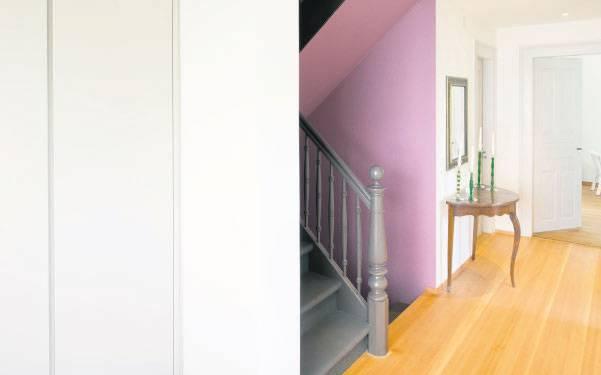 Das Treppenhaus wurde in Mattlila gestrichen. Eine Farbe, die den Blumenduft ins Haus holt.