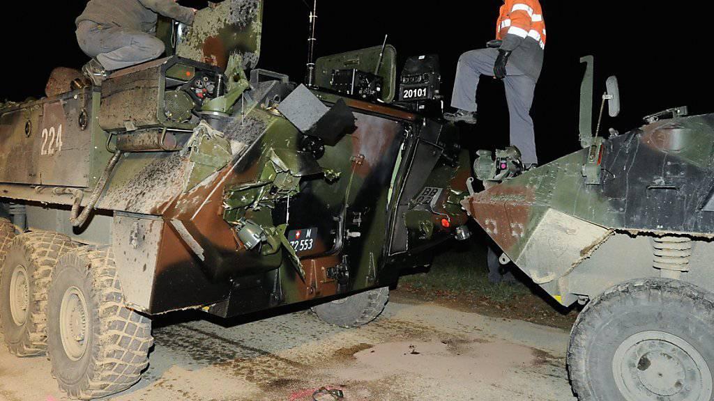 Militärangehörige untersuchen die in einen Unfall verwickelten Radschützenpanzer im November 2010. (Archivbild)
